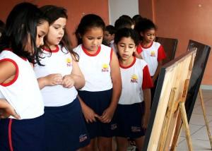 A s meninas formam um grupo e analisam a imagem! O que se passa em suas mentes?