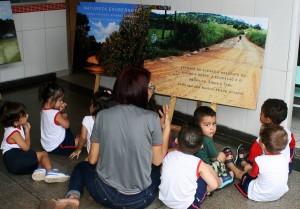 Os pequeninos se acomodam confortavelmente no chão e, iniciam uma lúdica viagem a nascente do Meia Ponte!
