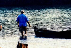 Na praia de Aragarças, tivemos a oportunidade de registrarmos um homem literalmente caminhando no leito do Araguaia, uma cena que anos atrás era impossível de ser registrada. Com o assoreamento e destruição da mata ciliar do Araguaia, essa cena hoje em dia é comum!